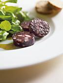 Gebratene Schwarzwurst mit Ackersalat