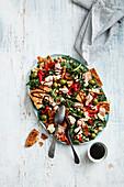 Mediterraner Knäckebrot-Salat mit Thunfisch und Feta