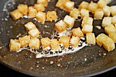 Croutons knusprig anbraten
