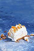 Ein Stück Lebkuchen-Eisbombe mit Eierlikör