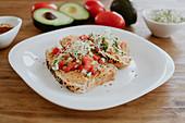 Sandwiches mit Tomaten, Avocado und Sprossen (Mexiko)