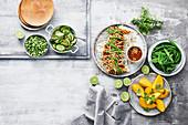 Asiatisches Buffet im Streetstyle - Gurkensalat mit Chili, gegrillte Hühnchen-Satay mit Hoisin, Mango und Zuckerschoten