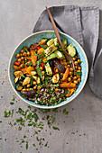 Orientalische Bowl mit Quinoa, Datteln und Avocado