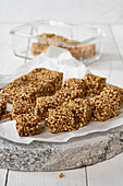 Granola bars with dates, flax seeds and quinoa (raw baking)