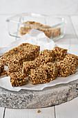 Granola-Riegel mit Datteln, Leinsamen und Quinoa (Raw Baking)