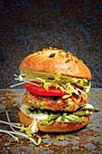 Garnelenburger mit Spargel, Sprossen und Wasabi-Mayonaise