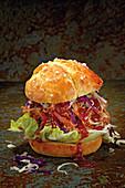 Pulled Pork Burger mit Krautsalat rot-weiß
