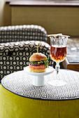 Lachsburger mit roter Bete und Don-Martinez-Cocktail