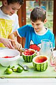 Kinder bereiten Wassermelone vor