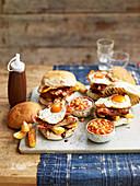 Englisches Frühstück mit Burger und Baked Beans