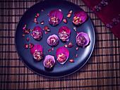 Laddu (Indische Süßspeise) mit Rosenblättern
