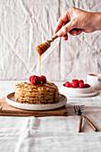 Frühstückspfannkuchen mit Ahornsirup