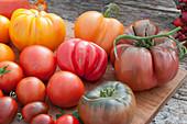 Tomatenvielfalt: Fleischtomate 'Tschernij Prinz', Ananastomate, 'Ochsenherz', rote runde Tomaten und gestreifte Cocktailtomaten
