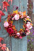 Kranz aus Rosen, Hagebutten, Brombeeren, Hortensie und Herbstlaub