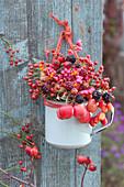 Strauß aus Herbstfrüchten: Hagebutten, Zieräpfel, Brombeeren und Pfaffenhütchen