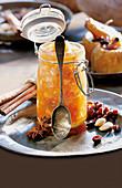 Bratäpfelchen-Aufstrich mit Rosinen, Rum und Mandeln