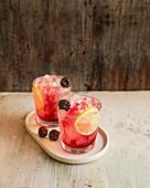 Bramble: Cocktail mit Gin, Zitronensaft und Brombeerlikör