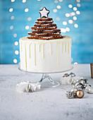 Vanille-Gewürz-Schokoladen-Dripping-Cake mit Lebkuchensternbaum