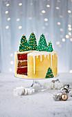 Vanille-Gewürz-Schokoladen-Dripping-Cake mit grünen Weihnachtsbäumen