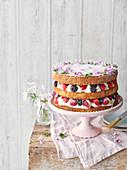 Sommerlicher Beerenkuchen mit Rosen-Geranien-Creme