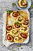 Pizzaschnecken vom Blech mit Mozzarella, Schinken und Pesto
