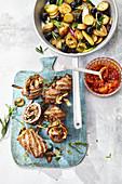 Gefüllte Roastbeef-Rollen mit Röstkartoffeln und BBQ-Sauce
