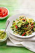 Zucchini-Rucola-Pasta mit Avocado-Cashew-Creme