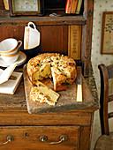 Birnen-Mincemeat-Streuselkuchen auf Kommode