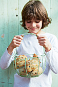 Junge hält Korb mit Igel-Brötchen