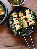 Fischspiesse mit Rosmarin in Grillpfanne