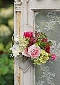Kleiner Strauß aus Rosenblüten, Hortensie und Spierstrauch