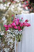 Pinker Strauß aus Tulpen und Pfirsichblüten