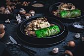 Vegetarische Wirsingroulade mit Pilz-Quinoa-Füllung