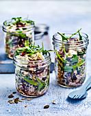 Linsen-Rote-Bete-Salat mit Feta im Glas zum Mitnehmen