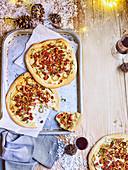 Flammkuchen mit Speck, Zwiebeln und Thymian (weihnachtlich)