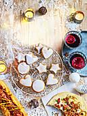 Lebkuchenplätzchen, Hot Dog, Flammkuchen und Glühwein zu Weihnachten