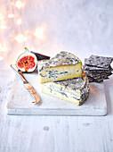 Englischer Cote Hill Blauschimmelkäse mit Feige und Crackern