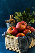 Frische rote Äpfel in Weidenkorb
