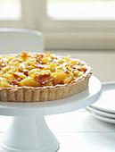 Französische Apfeltarte auf Kuchenständer