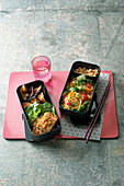 Japanische Bento-Box mit Tofu in Panko und Glasnudelsalat
