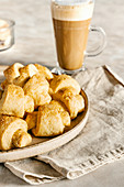 Sauerrahm-Kleingebäck mit braunem Zucker