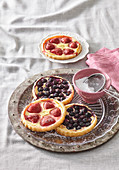 Puff pastry cakes with fruit