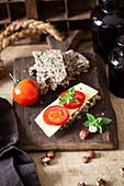 Ketogenes Brot mit Tomaten und Käse