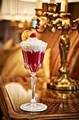 Winterlicher Cocktail 'Snow Queen' mit Himbeersirup und Baileys