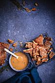Salziges Crackle mit Honig-Buttersauce