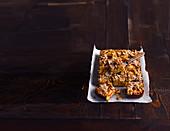 Haferflocken-Lebkuchengebäck vom Blech mit Pflaumen