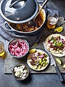 Tortillas mit Barbacoa-Rindfleisch, Avocado und Zwiebeln