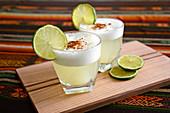 Zwei Pisco Sour Cocktails auf Tisch in peruanischem Restaurant