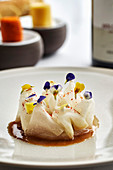 Makrele mit Kohlrabi, Ahornsirup und Essblüten