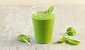 Grüner Smoothie aus Babyspinat, Avocado, Ingwer und Reisdrink